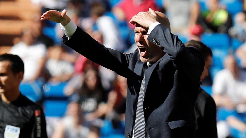 Foto: Zidane da instrucciones desde la zona técnica en el partido de Liga contra el Villarreal en el Bernabéu. (Efe)