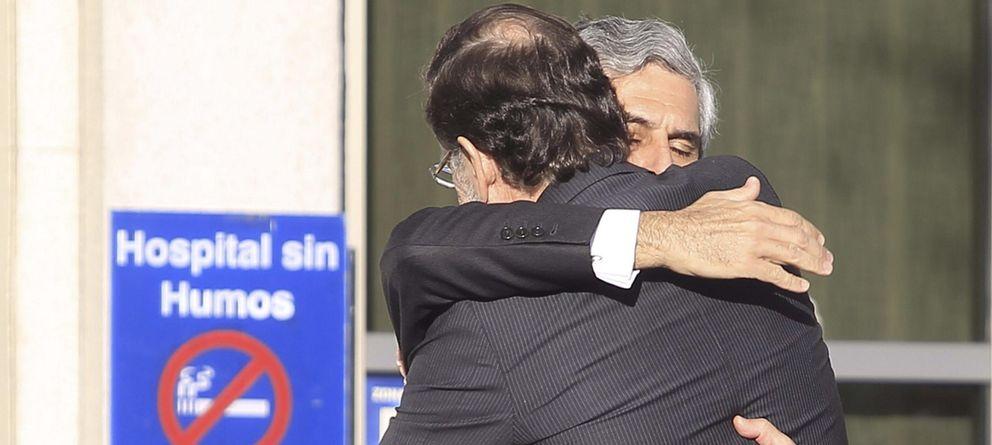Foto: Suárez Illana abraza a Mariano Rajoy a las puertas de la clínica. (Efe)