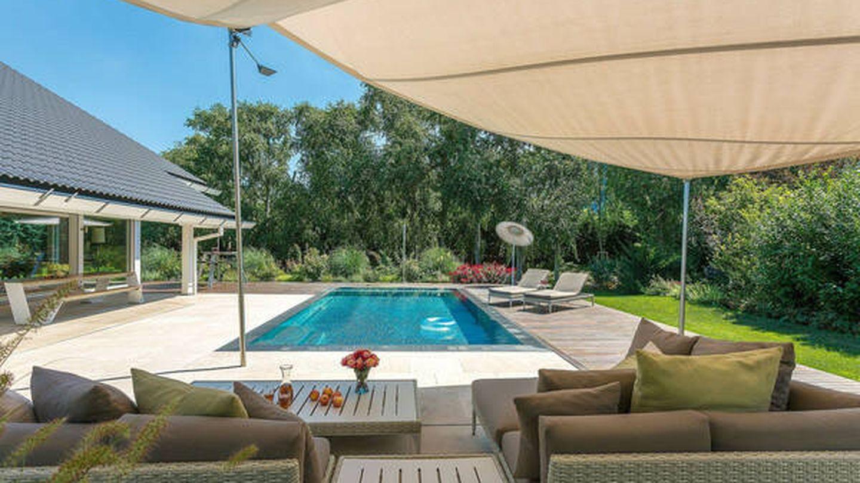 Patio y jardín con piscina. (Savills)