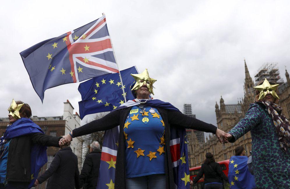 Foto: Manifestantes contrarios al Brexit durante una protesta ante el Parlamento británico, en Londres, el 16 de abril de 2018. (Reuters)