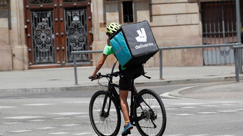 Foto: Un repartidor de Deliveroo en Barcelona. (Reuters)