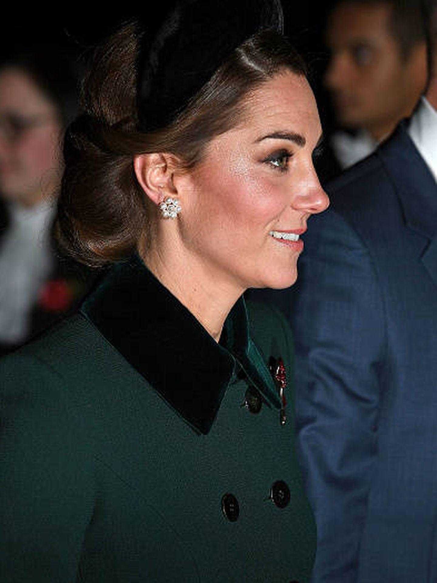 En tono negro y a conjunto con el cuello del abrigo lo luce Kate Middleton.