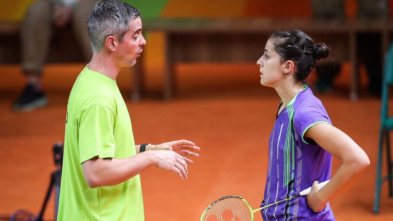 Carolina Marín recibiendo instrucciones de Fernando Rivas, su entrenador. (Fernando Bizerra/EFE)