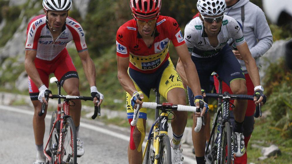 Foto: Alberto Contador, 'escoltado' por Purito y Valverde.