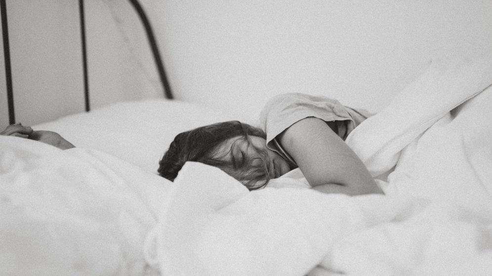 Foto: Cómo dormir en las noches de verano sin que el cabello lo sufra. (Unsplash)