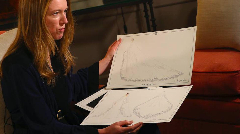 Clare Waight Keller muestra los bocetos del vestido de Meghan. (Getty)