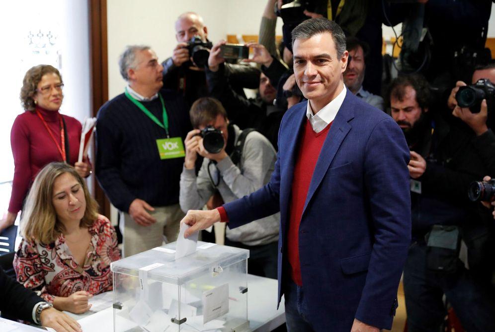 Foto: Pedro Sánchez, este 10 de noviembre emitiendo su voto en su colegio electoral de Pozuelo de Alarcón, en Madrid. (EFE)