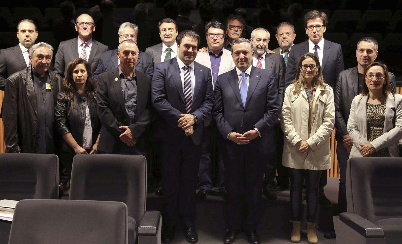 Foto: El embajador de Armenia en España, Avet Adonts (3d), posa con los diputados y participantes en la jornada de conmemoración del 100 aniversario del genocidio (Efe).
