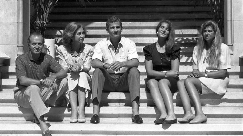 Los reyes Juan Carlos y Sofía, con sus hijos en Mallorca, cuando pasaban el verano todos juntos. (EFE)