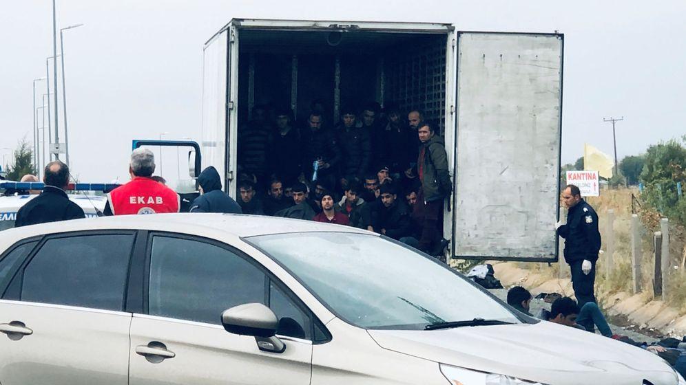 Foto: Inmigrantes en un camión en Grecia. (Reuters)