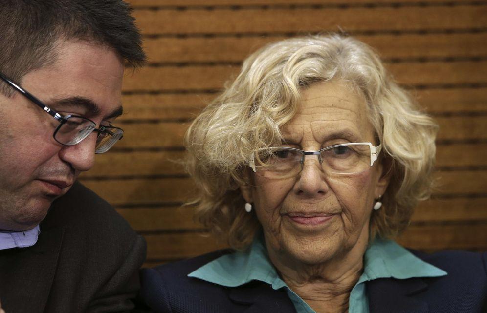 Foto: La alcaldesa de Madrid, Manuela Carmena, junto al concejal de Economía y Hacienda, Carlos Sánchez Mato. (EFE)