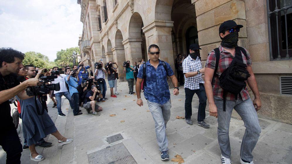 Foto: Agentes de la Guardia Civil, a su salida de la sede del Parlamento de Cataluña. (EFE)