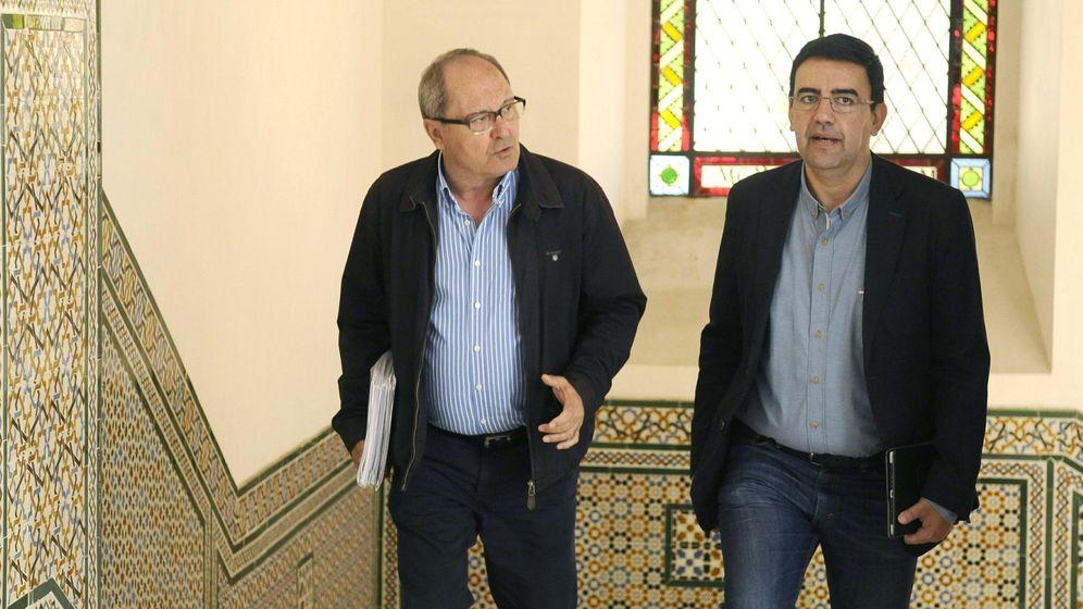 Foto: Los representantes del PSOE-A, Mario Jiménez (d) y Juan Cornejo (i), antes de la reunión negociadora. (Efe)