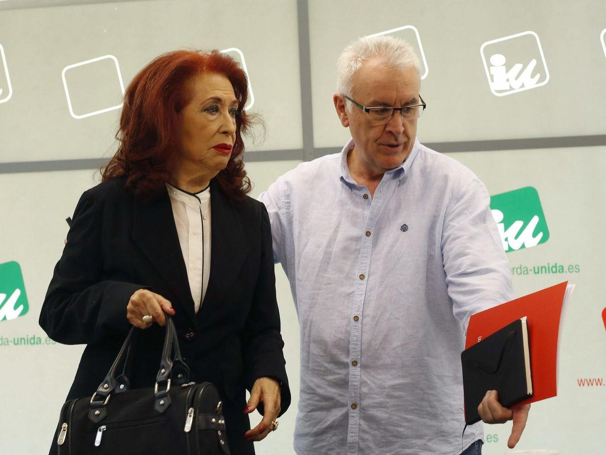 Foto: Lidia Falcón (Partido Feminista), junto a Cayo Lara, en 2015. (EFE)