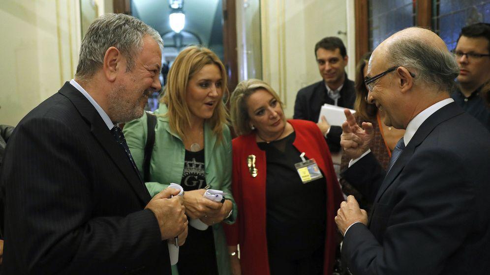 Foto: El ministro de Hacienda, Cristóbal Montoro, conversa con el diputado del PNV Pedro Azpiazu (i) tras asistir a la sesión de investidura. (EFE)