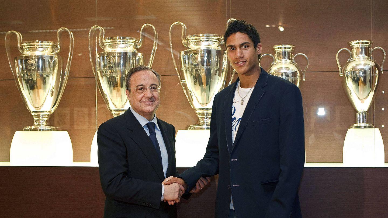 Varane, hace una década, presentado como jugador del Madrid junto a Florentino Pérez. (EFE)