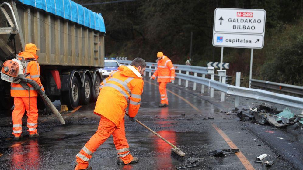 Foto: Operarios limpian la carretera tras un accidente en Vizcaya. (EFE)