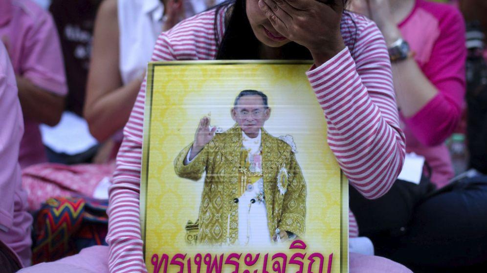 Foto: Una mujer tailandesa llora por la muerte del rey Bhumibol Adulyadej. (EFE)
