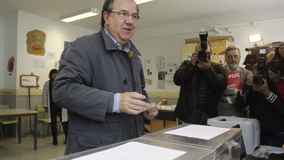 Foto: El candidato del PP a la presidencia de la Junta de Castilla y León, Juan Vicente Herrera, vota en las elecciones del 24-M (EFE)