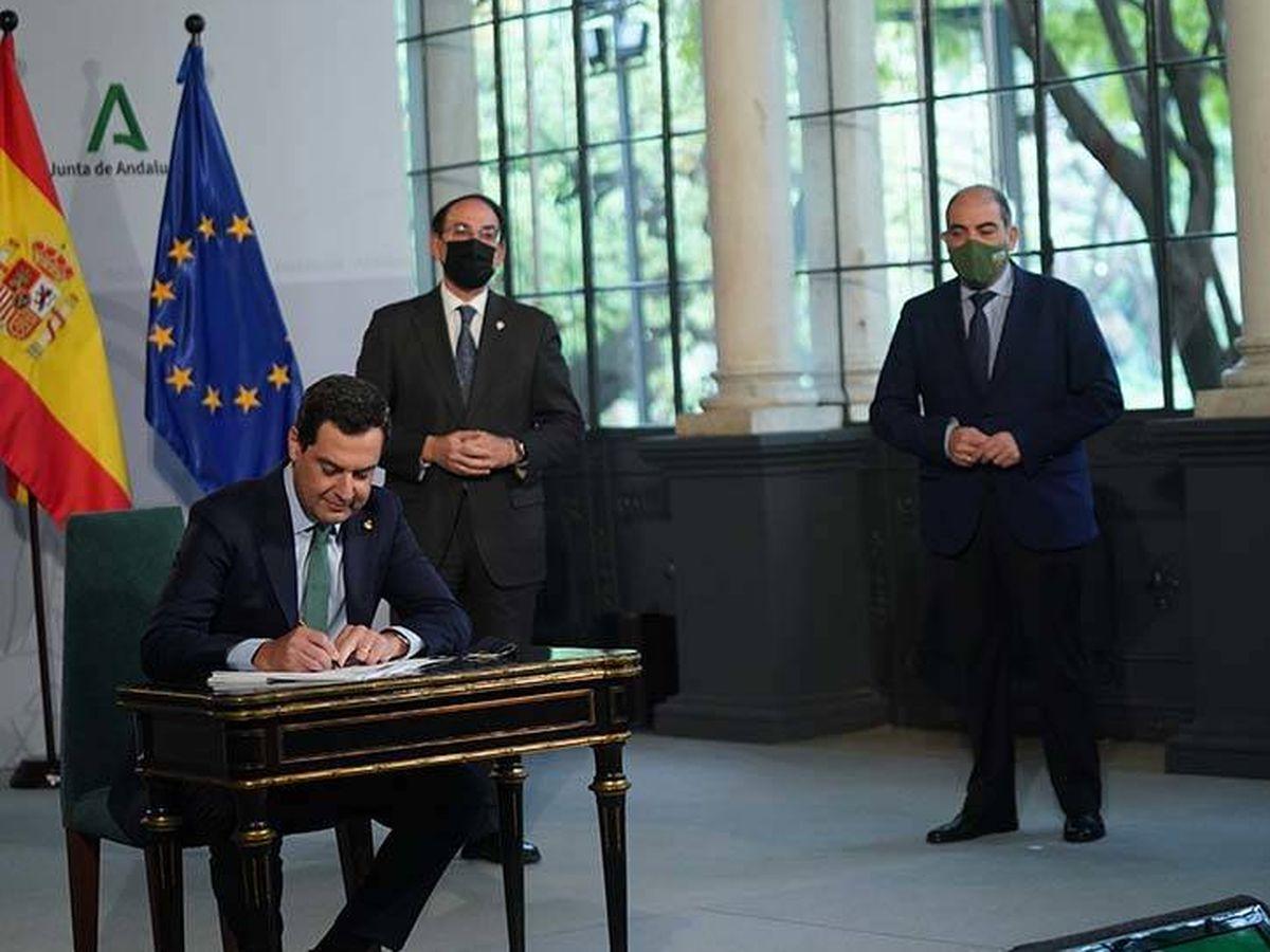 Foto: Juanma Moreno firma el primer Plan de Ayudas.