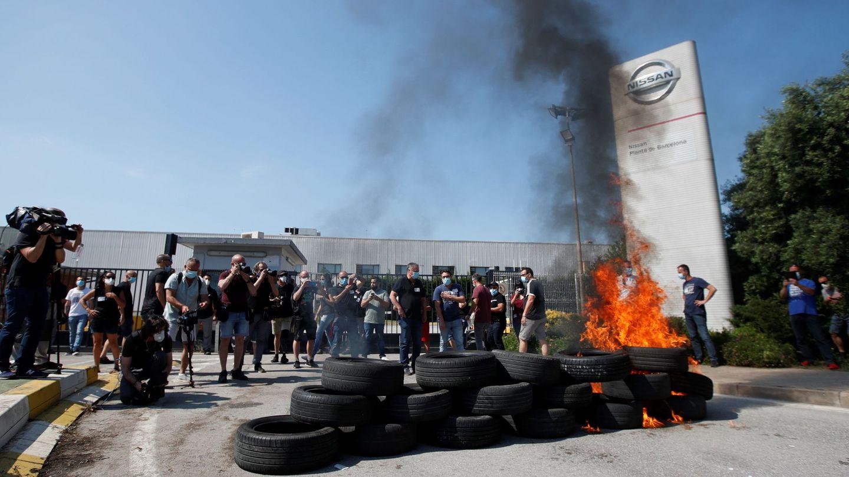 Trabajadores de Nissan queman neumáticos en las protestas. (EFE)