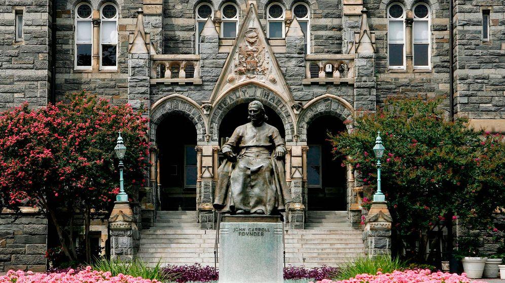 Foto: Fachada de Georgetown, con la icónica estatua de John Carroll en el centro. (Getty)