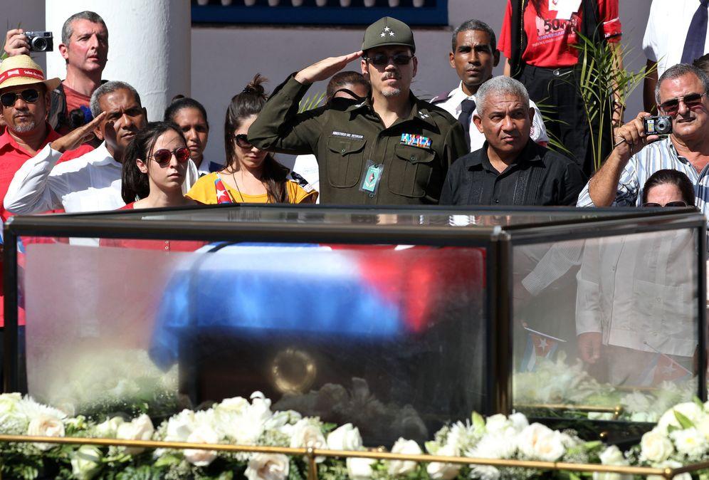 Foto: El coronel Alejandro Castro Espín (c), hijo del presidente cubano, Raúl Castro, rinde honores a la caravana con las cenizas del fallecido Fidel Castro, en Santiago de Cuba (Efe).