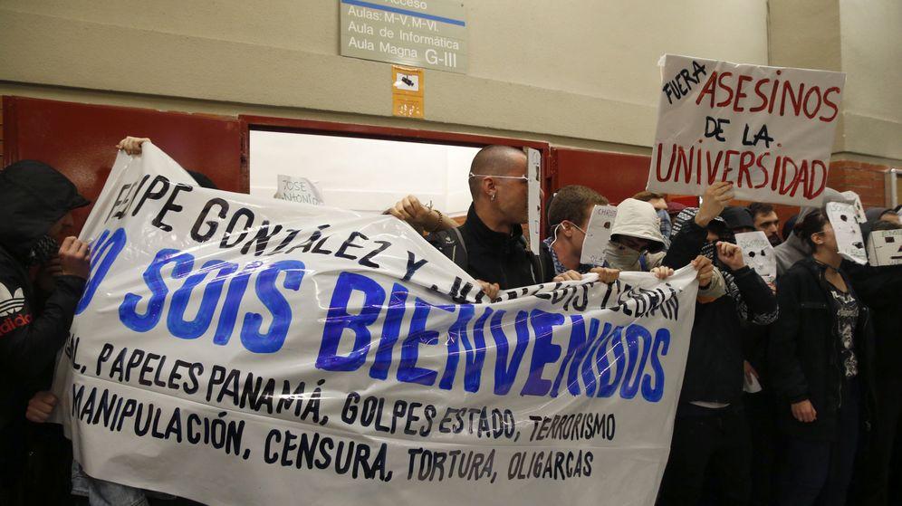 Foto: Una de las pancartas que se han desplegado en la Universidad Autónoma de Madrid contra Felipe González. (Efe)