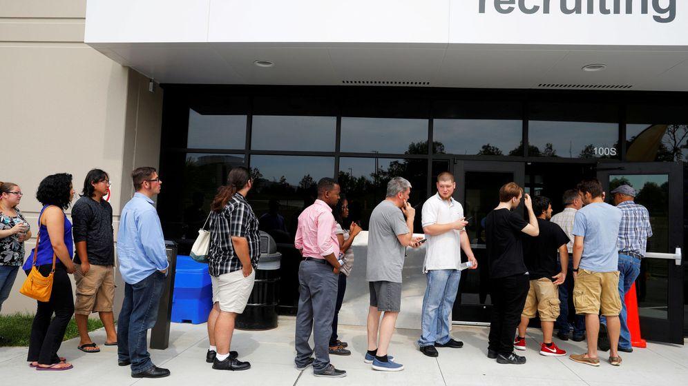 Foto: Gente haciendo cola para solicitar empleo. (Reuters)