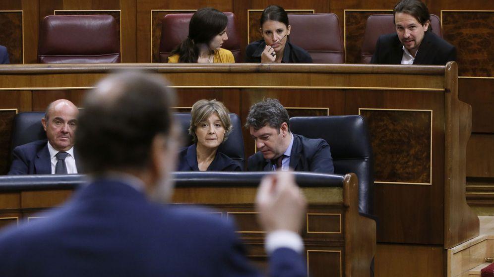 Foto:  Mariano Rajoy, en primer plano y, al fondo, Pablo Iglesias, en el Congreso. (EFE)