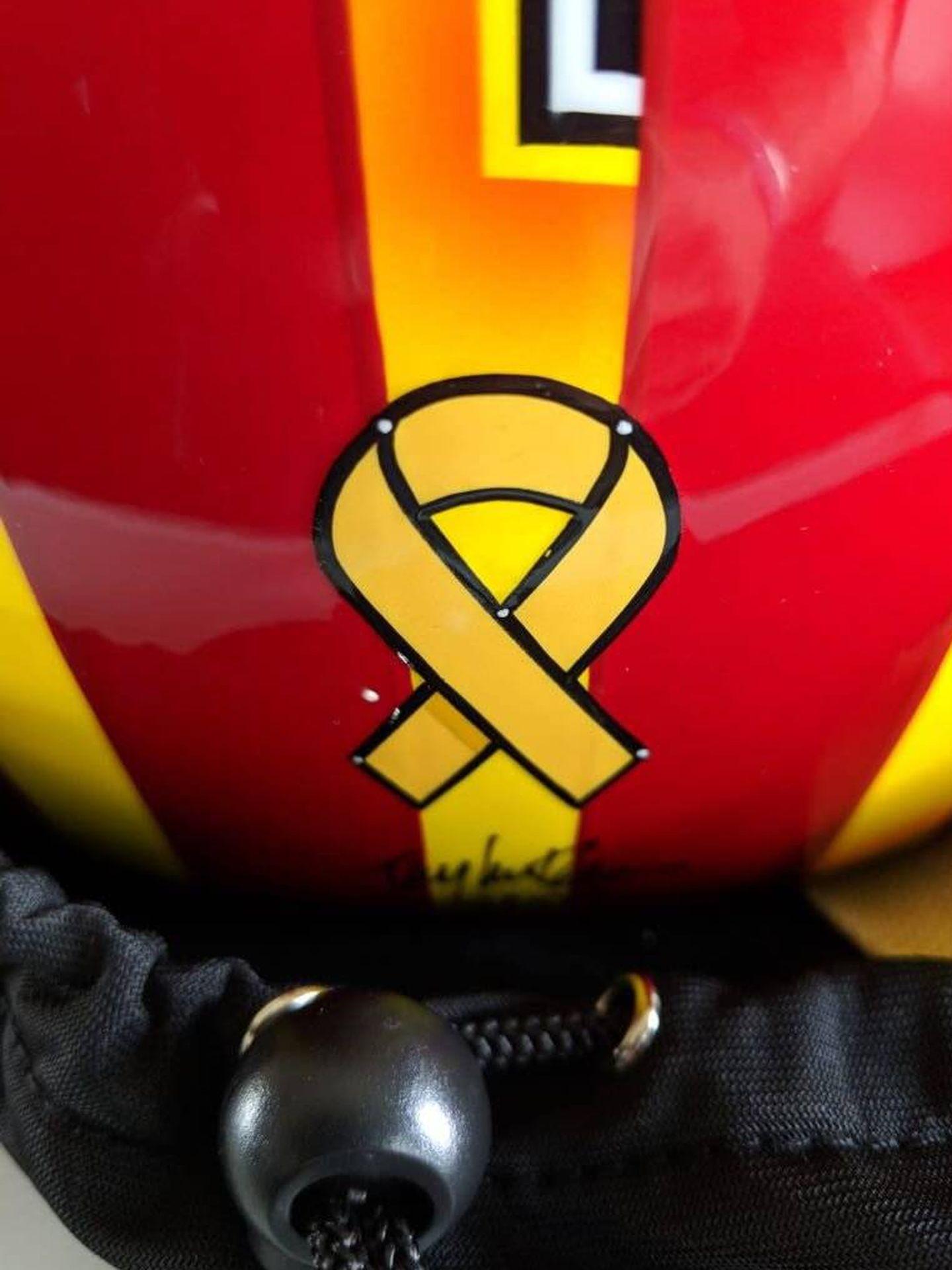 El lazo amarillo en el casco de 2018.