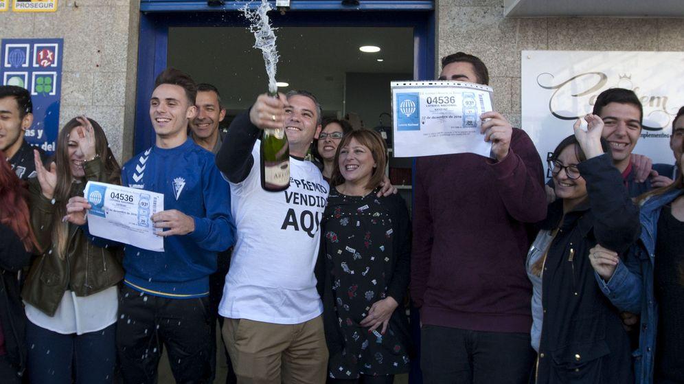 Foto: Agraciados con el segundo premio del Sorteo Extraordinario de la Lotería de Navidad. (EFE)
