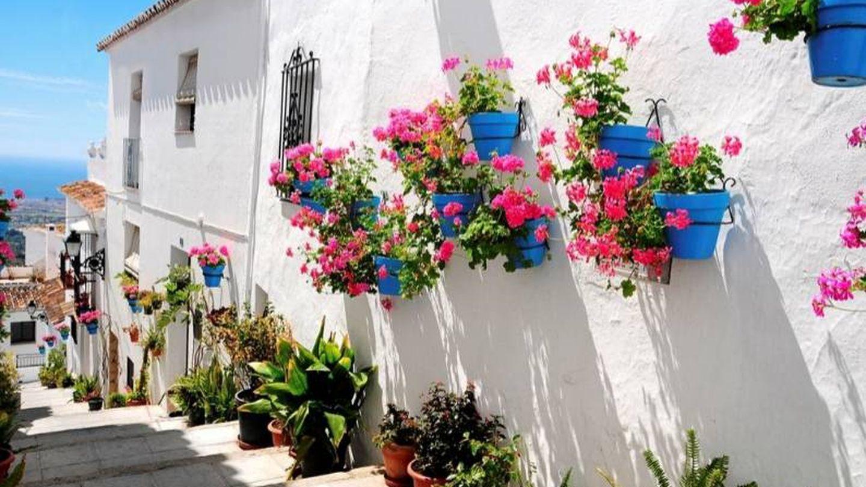 Las fachadas adornadas con geranios son marca de la casa. (Foto: Turismo Mijas)