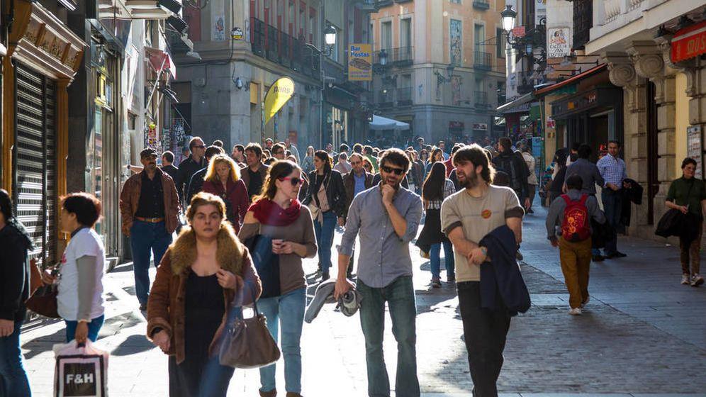 Foto: Un grupo de treintañeros pasea por Madrid, sin ser conscientes de que la obsolescencia acecha a la vuelta de la esquina. (iStock)