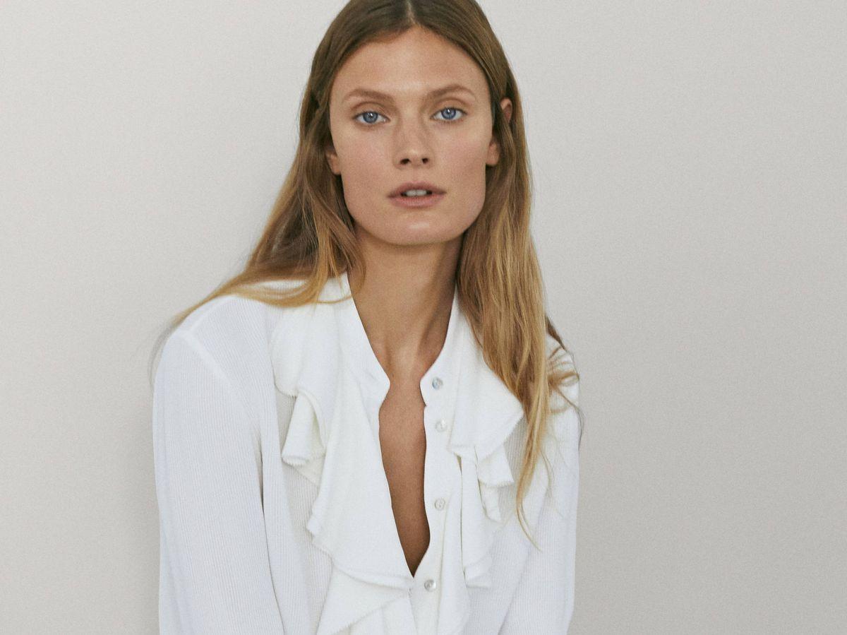 Foto: Camisa blanca de corte romántico de Massimo Dutti. (Cortesía)