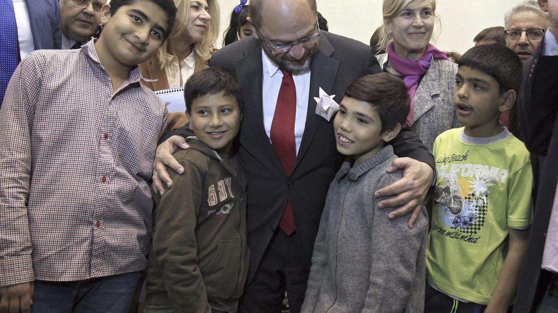 El presidente del Parlamento europeo, Martin Schulz, con unos niños refugiados el pasado noviembre
