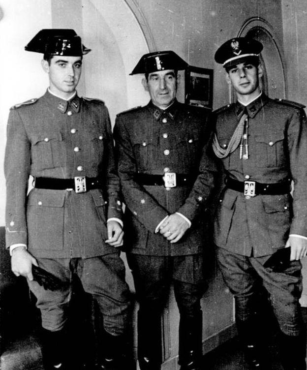 Foto: El teniente Francisco de Fuentes, en el centro, con sus hijos, también guardias civiles. (Ministerio del Interior)