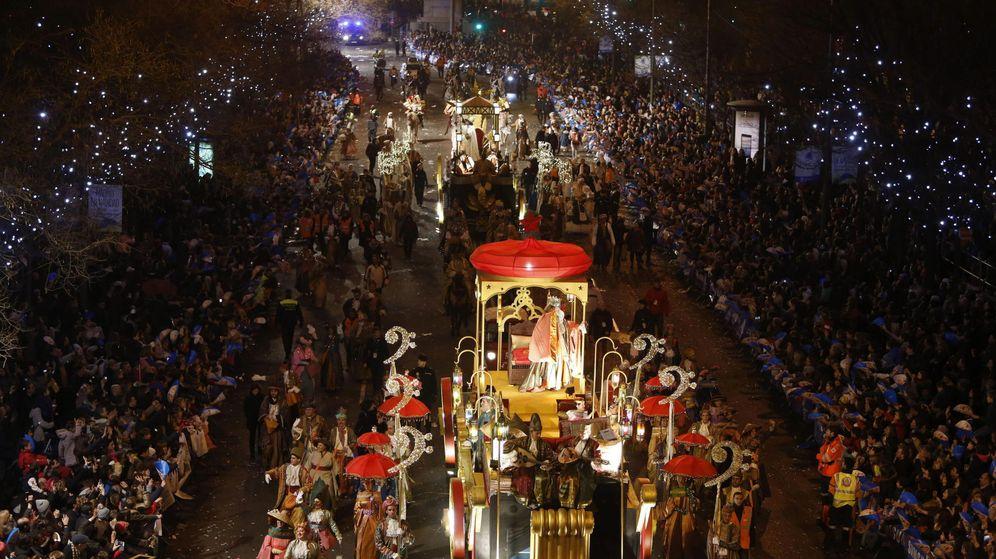 Foto: El rey Gaspar saluda durante la cabalgata de los Reyes Magos en Madrid de enero de 2015. (Efe)