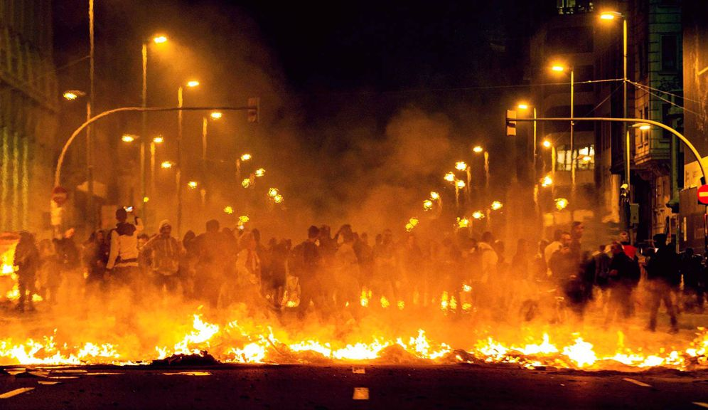 Foto: Incidentes en la manifestación convocada por los CDR en el centro de Barcelona. (EFE)