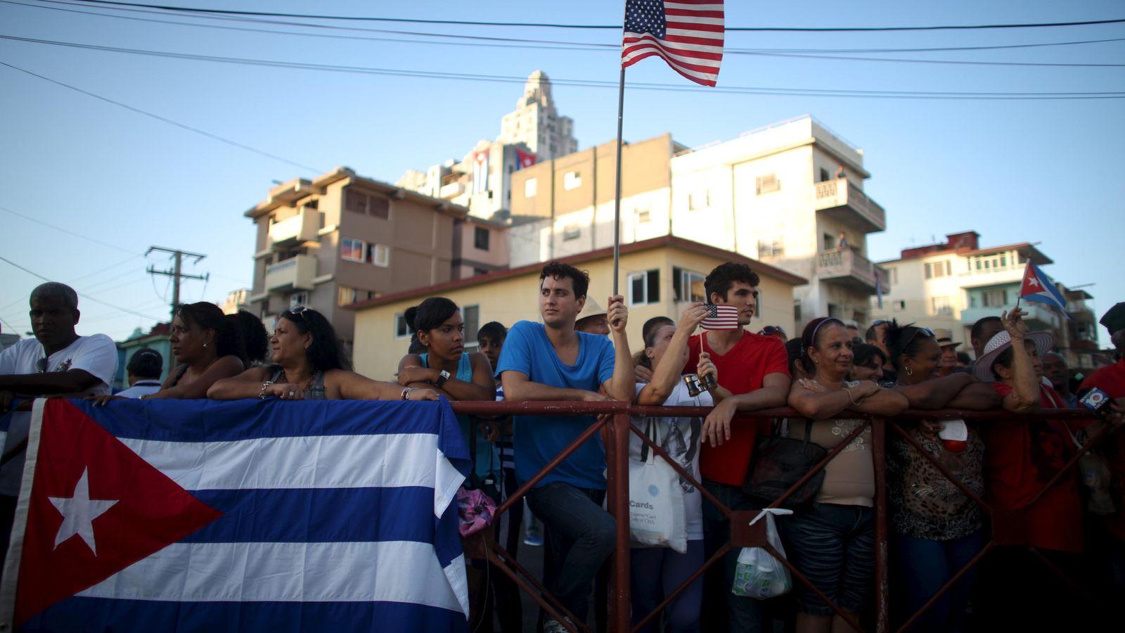 Foto: Un cubano sostiene una bandera estadounidense durante un desfile cerca de la embajada de EEUU en La Habana. (Reuters)