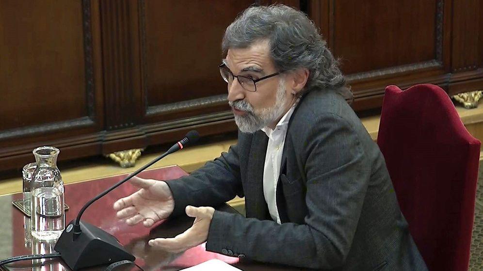 Foto: Imagen tomada de la señal institucional del Tribunal Supremo del presidente de Òmnium Cultural, Jordi Cuixart, durante su turno de última palabra en el juicio del 'procés'. (EFE)
