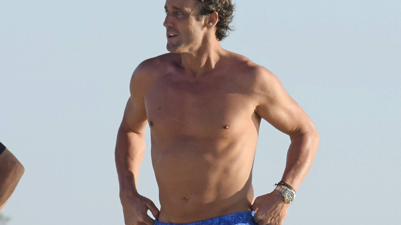 Álvaro Muñoz Escassi paseando por las playas de Ibiza.