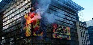 Post de Greenpeace 'prende fuego' a la sede donde se celebrará la cumbre de la UE