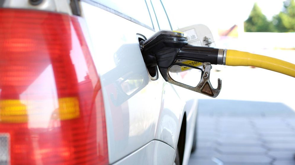 Foto: Un conductor reposta diésel en una gasolinera (Pixabay)