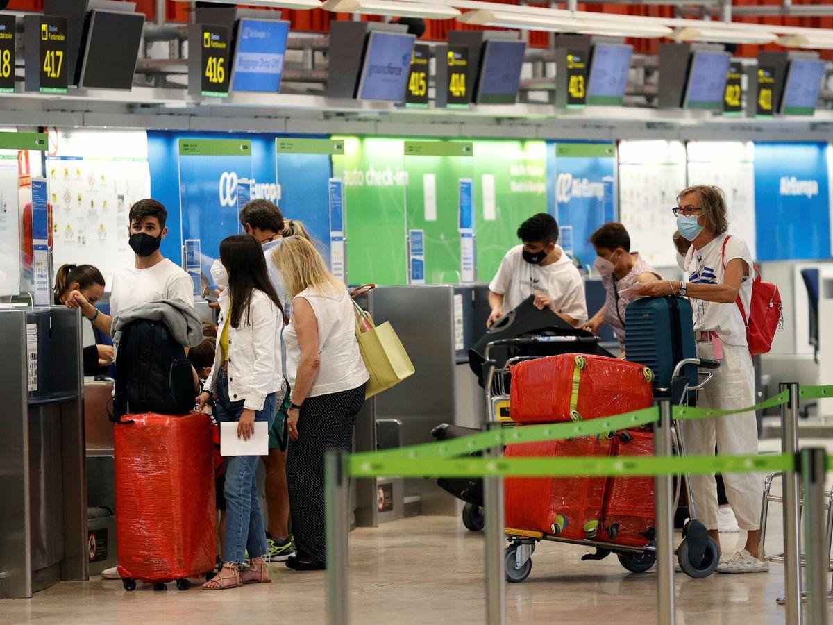 Foto: Viajeros en el aeropuerto Adolfo Suárez Madrid-Barajas. (EFE)