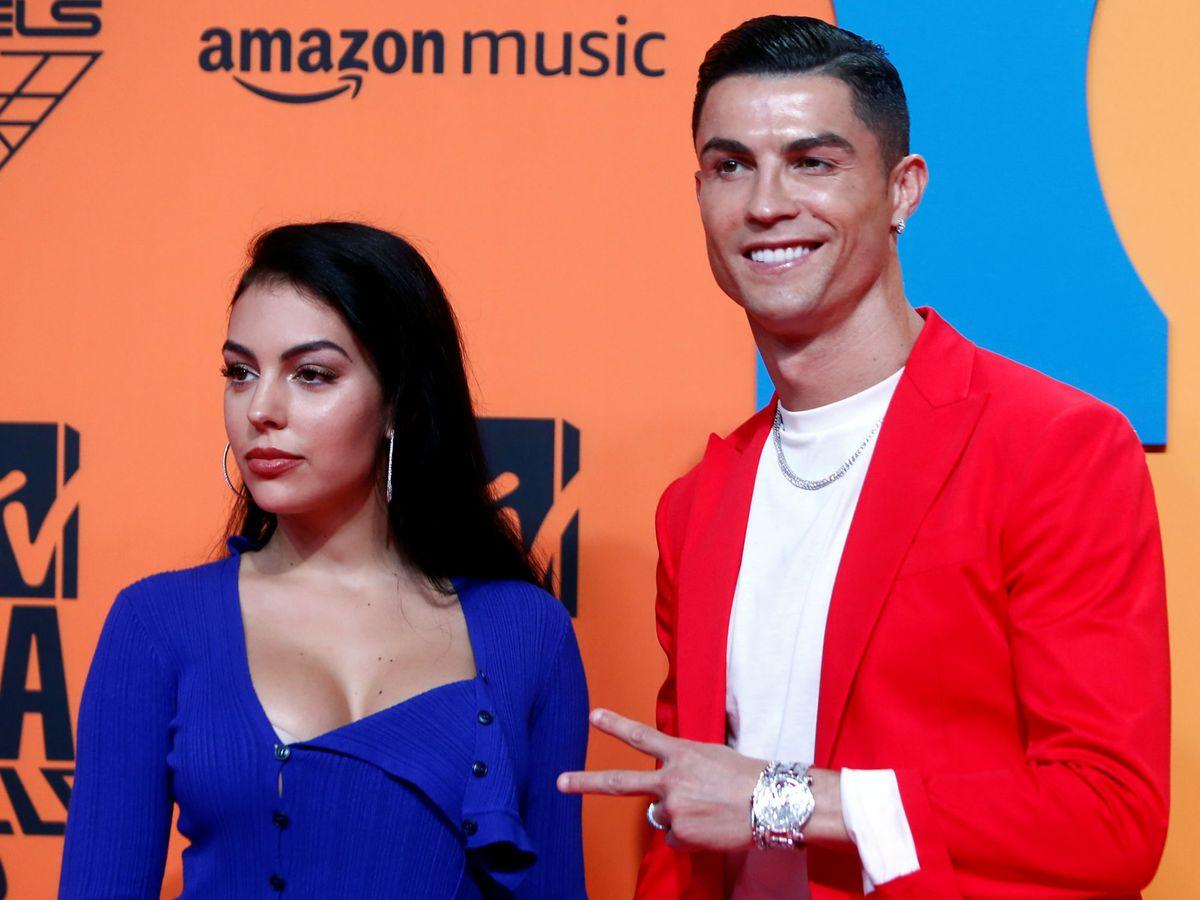 Foto: Cristiano Ronaldo y Georgina Rodríguez, en los EMA 2019 de Sevilla. (Reuters)