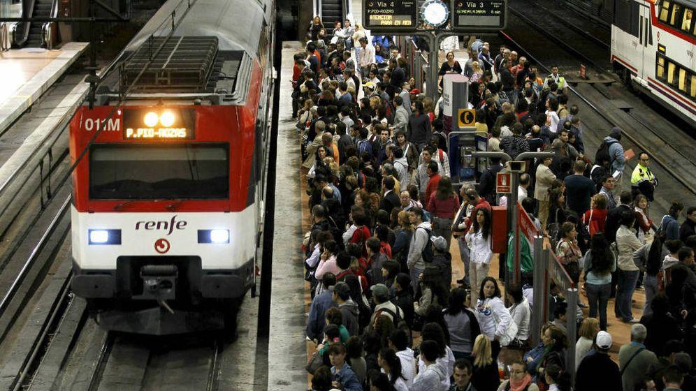 Foto: Decenas de pasajeros han llegado este lunes dos horas tarde a sus trabajos (EFE)