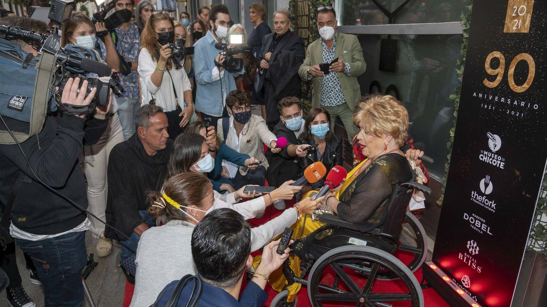 María Jiménez, rodeada de periodistas a la entrada del legendario Chicote. (CP)