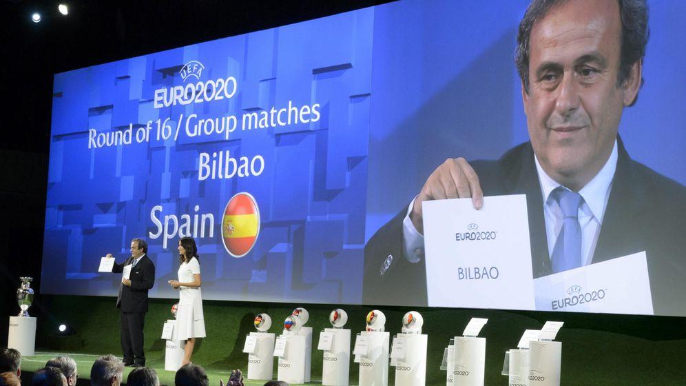Foto:  El presidente de la UEFA, Michel Platini, muestra un papel que muestra Bilbao como una de las sedes que celebrarán la Eurocopa 2020 (Efe)