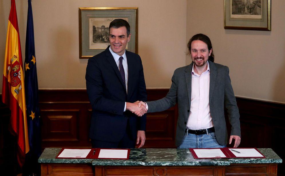 Foto: Pedro Sánchez y Pablo Iglesias sellan el preacuerdo para un Gobierno de coalición, el pasado 12 de noviembre. (Reuters)
